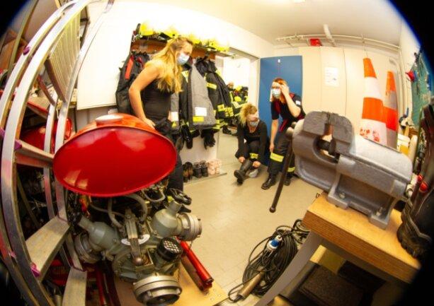 30 aktive Feuerwehrleute zählt die Großfriesener Wehr, darunter vier Frauen. Zu ihnen gehören Sophie und Anika Gemeinhardt und Rika Kober (von links). Sie müssen sich derzeit im kleinen Lager- und Werkstattraum umkleiden, da für Frauen kein separater Umkleideraum vorhanden ist.