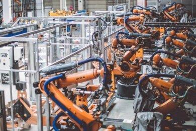 Blick auf eine Roboterfügeanlage am Meleghy-Standort in Gera. Vier ähnliche Anlagen sollen in Reinsdorf aufgebaut werden.