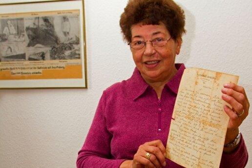 """<p class=""""artikelinhalt"""">Hannelore Latka inmitten von Erinnerungsstücken: Ihr Vater fuhr 1912 an der Unglücksstelle der Titanic vorbei. </p>"""