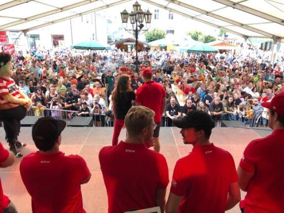 Die Spieler der Eispiraten Crimmitschau auf dem Marktfest.