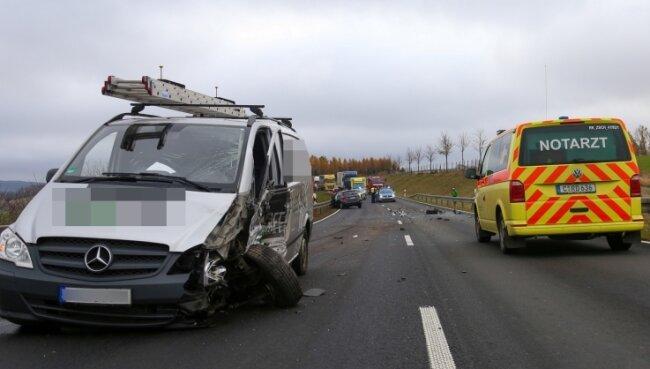 Ein Verkehrsunfall ereignete sich auf der B 174 zwischen Marienberg und Lauta. Der Fahrer eines Kia wurde dabei schwer verletzt.