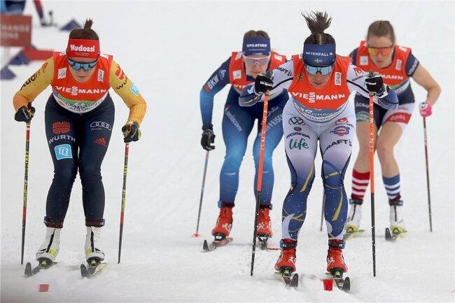 Katharina Hennig (links) nach dem Wechsel neben Charlotte Kalla (vorn) sowie Nadine Fähndrich und Sadi Maubet Björnsen (r.).