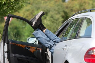 Wie der Mann in seinem Auto schlief, teilte die Polizei nicht mit.