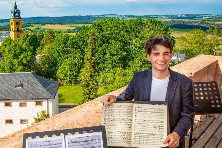 Kirchenmusiker Pascal Kaufmann auf dem Trompeterstuhl, dem Balkon über dem Nordtor des Schlosses Augustusburg.