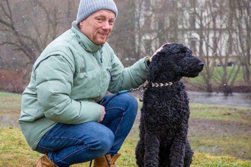 Jörg Fetzer ist gern mit dem Hund am Ufer der Flöha unterwegs.