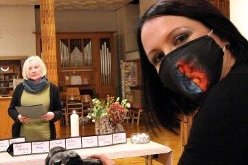 Luise Egermann (vorn) bei den Aufnahmen für die virtuelle Gedenkfeier, an der auch Gabriele Bankmann mitwirkte.