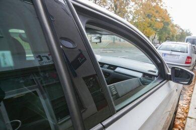 Weil sie eine Scheibe ihres Autos offen gelassen hatte, musste eine Rentnerin 15 Euro Strafe bezahlen. Anlieger hatten die offene Scheibe entdeckt und die Polizei informiert. Beamte suchten die Autobesitzerin zu Hause auf.