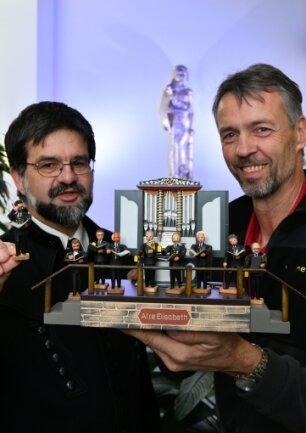 Siegfried Werner (rechts), hier mit Chorleiter Steffen Döhner, hat die Bergsänger als Holzkunstfiguren gestaltet.