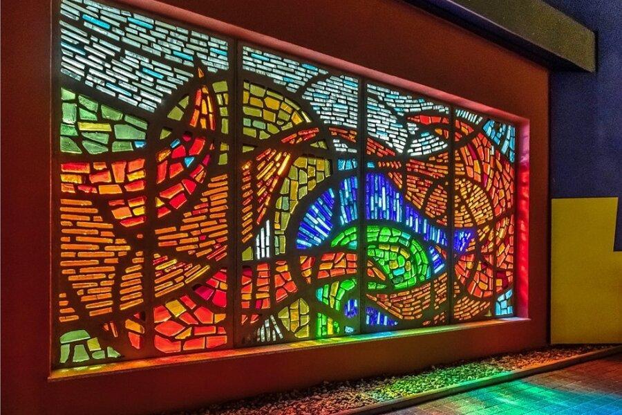 Dieses riesige DDR-Glaskunstwerk ziert jetzt einen Olbernhauer Firmensitz