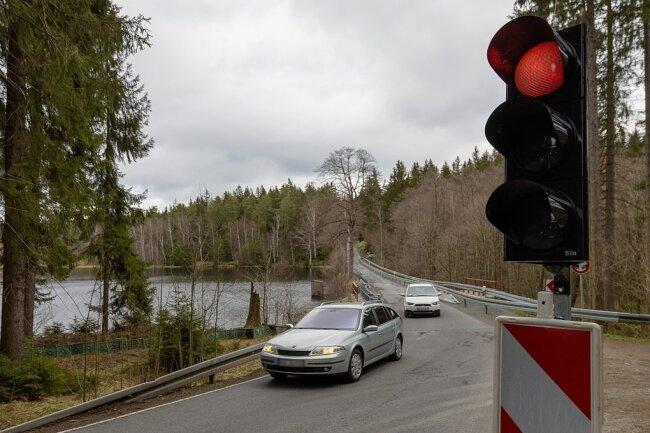 Auf dem Damm am Schwarzen Teich zwischen Elterlein und Geyer regelt bereits seit Dezember 2019 eine Ampel den Verkehr. Ab Montag ist der Abschnitt für circa eine Woche komplett gesperrt.