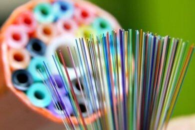 Bunt wie ein Regenbogen: Glasfaserkabel. Auf schnelleres Internet bis Mitte 2020 sind Unternehmer und Schulen in Lengenfeld gespannt.