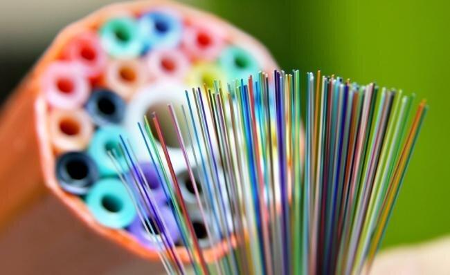 Das Objekt der Begierde: Glasfaserkabel vor einer sogenannten Speedpipe (Leerrohr). Es macht Internetanschlüsse wesentlich schneller.