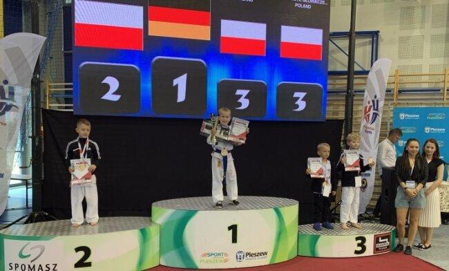 """Bei den """"7. Central Poland Open"""" sicherte sich der Amtsberger Endre Gabor Gombos-Vajna in der U 8 Gold vor drei polnischen Kämpfern."""