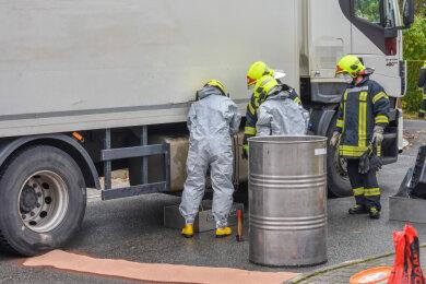 Mehrere Feuerwehren sind am Montagvormittag zu einem auslaufenden Dieseltank in den Annaberg-Buchholzer Ortsteil Kleinrückerswalde ausgerückt.