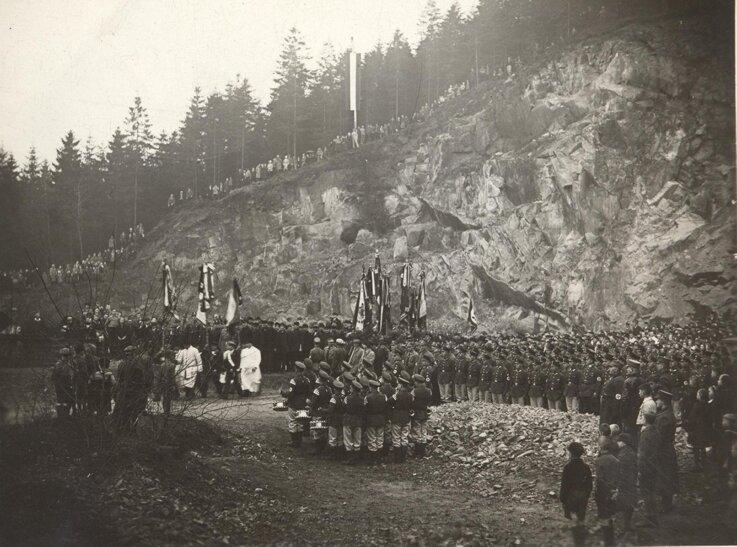 """<p class=""""artikelinhalt"""">Grundsteinlegung für den Thingplatz - spätere Großfeierstätte und heutige Waldbühne - in Schwarzenberg am 7. April 1934. Das Ereignis war mit einem propagandistischen Aufmarsch verbunden.</p>"""