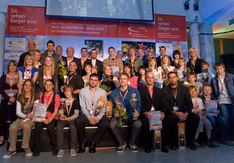 Alle auf einen Blick: Preisträger und Veranstalter der Sportlerwahl 2008 bei der Gala gestern Abend in der Kreissparkasse in Aue.