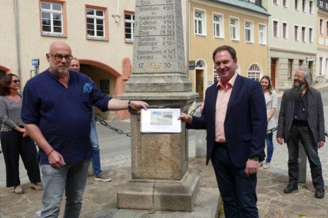 Im Beisein von Bürgermeister Wolfram Liebing (rechts) übergab Michael Hock (links) die Petition an den CDU-Landtagsabgeordneten Jörg Markert.
