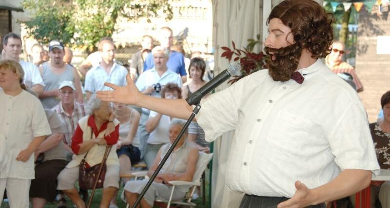 """<p class=""""artikelinhalt"""">Italienisches Flair, gespickt mit Witzen und selbst ausgedachten Sketchen gab es am Samstag zum Sachsendorfer Dorffest zu erleben. Für Schenkelklopfer im Publikum sorgte unter anderem der Auftritt von Opernsänger Pavarotti, gespielt von Jens Häßler. </p>"""