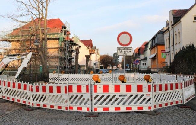 Straßensperrung in Flöha, Rudolf-Breitscheid-Straße: Dort werden bis zum 16. April vor den Häusern der Nummern 35/37 sowie 36 Arbeiten am Abwasserkanal erledigt.