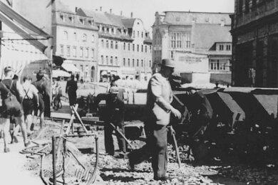 Die Reichenbacher Bahnhofstraße macht ihrem Namen Anfang der 50er-Jahre alle Ehre - bei Bauarbeiten kam ein Bauzug zum Einsatz.