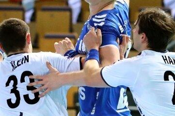 EHV-Rückraumakteur Nico Schneider wird in dieser Szene von zwei Spielern des TV Hüttenberg attackiert. Der Auer steuerte auswärts zum 26:26 zwei Tore bei. Nun folgt ein Ostderby mit Tradition.