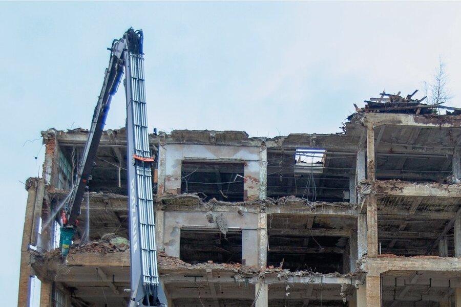 In dem Werk, das derzeit im Plauener Westend abgerissen wird, waren einst Zwangsarbeiter tätig. An ihr Schicksal will die Stadt erinnern.