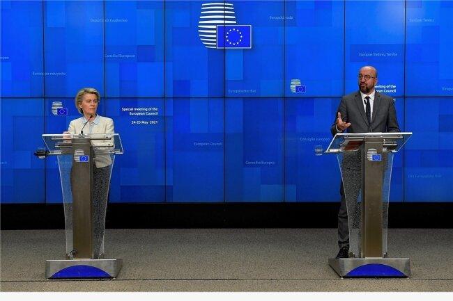 Es gab auch gute Nachrichten: Ursula von der Leyen (l), Präsidentin der Europäischen Kommission, und Charles Michel, Präsident des Europäischen Rates, sprechen bei einer Medienkonferenz während des EU-Gipfels in Brüssel.