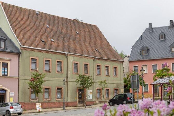 """Ein Förderverein kämpft schon länger darum, das denkmalgeschützte und stadtbildprägende """"Barbara-Uttmann-Haus"""" am Elterleiner Markt vor dem endgültigen Verfall zu retten. Um für das kostenintensive Vorhaben doch noch an staatliche Zuschüsse zu gelangen, soll jetzt ein neuer Weg eingeschlagen werden. Der gleicht laut Jan Kammerl von der Wirtschaftsförderung Erzgebirge jenem, den der Verein Altbergbau """"Markus-Röhling-Stolln"""" Frohnau für den Bau des unterirdischen Rundgangs im Besucherbergwerk gemeinsam mit der Stadt Annaberg-Buchholz bereits beschreitet."""