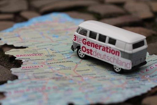 """Mit dem Bus dorthin, wo sonst kein Bus fährt: Die """"Dritte Generation Ostdeutschland"""" auf Tour."""