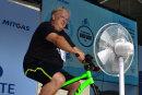 Bürgermeister Dieter Greysinger trat beim Städtewettbewerb zum Parkfest in Hainichen als erster in die Pedale.
