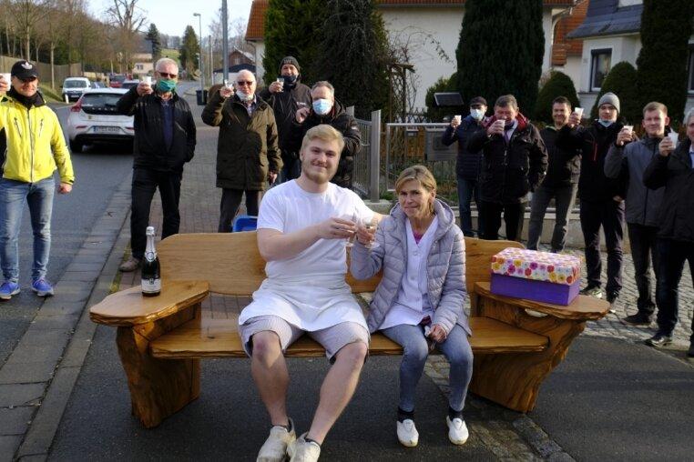 """Willkommen und Abschied. Auf der Martina Zeidler geschenkten """"Bäck'n Bank"""" sitzen die Bäckermeisterin und ihr Nachfolger Tommy Leidereiter."""