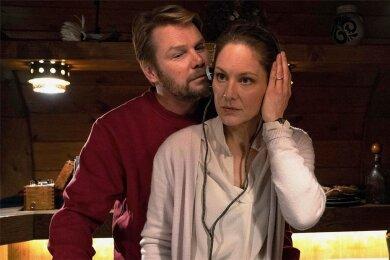 """Nachrichten von der Zentrale: Gretchen (Tessa Mittelstaedt) und Raymond Fisher (Kai Scheve) im Tatort """"Funkstille""""."""