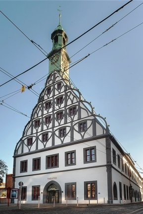 Die Gerüste am Zwickauer Gewandhaus sind gefallen. Bis in dem Haus wieder Theater gemacht wird, dauert es aber noch.