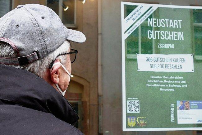 In vielen Zschopauer Geschäften hängen Plakate, um auf die Gutschein-Aktion des Gewerbevereins aufmerksam zu machen.