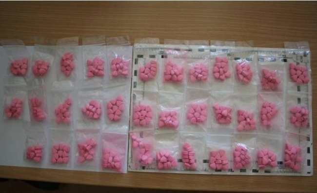 26 Gramm Crystal, knapp 550 Tabletten Ecstasy und gut 1000 Euro Bargeld hat die Polizei in einer Wohnung in Annaberg gefunden.
