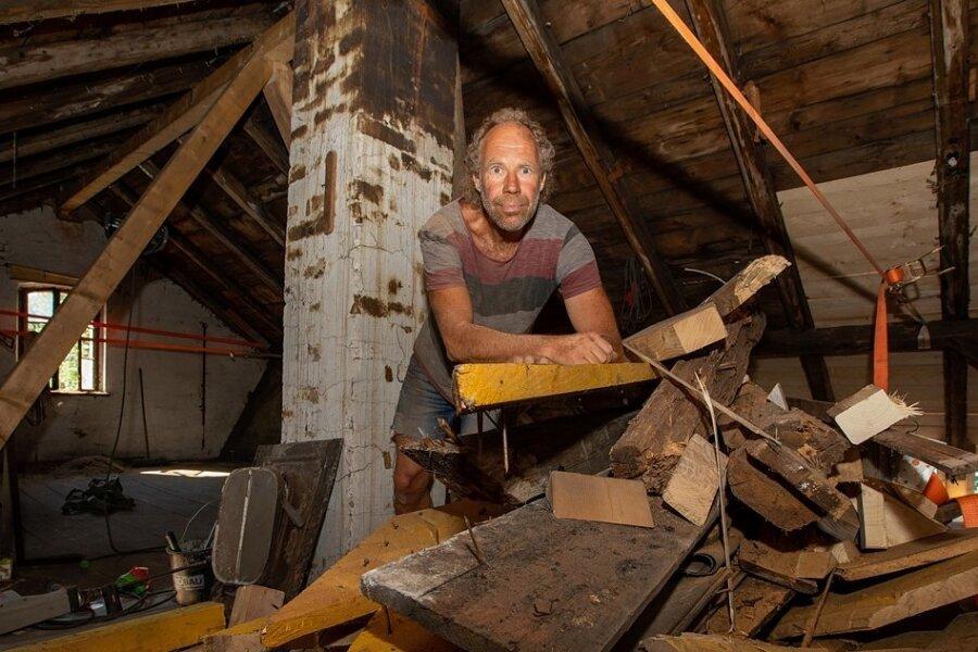 Thomas Meßmeringer gehört in den Handwerkerhäusern zu den guten und handwerklich begabten Seelen, die fleißig mit anpacken. Bis in den alten Häusern alles fertig ist, gibt es noch viel zu tun.