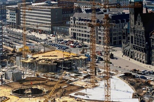 Die Aufnahme vom April 1999 zeigt die Baustelle des Einkaufszentrums Galerie Roter Turm. Hinten links ist die Zentralhaltestelle in ihrer früheren Form zu erkennen. Dass Besucher dort des Öfteren fragten, wie sie ins Zentrum kommen, war kein Witz, sondern Realität.