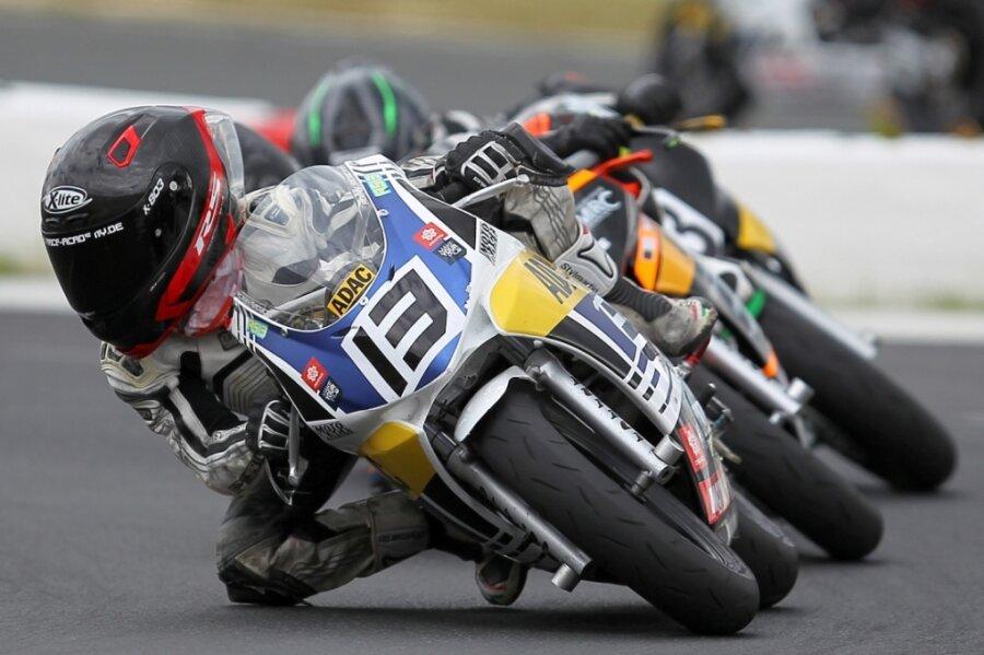 Perfekte Kurvenlage: Robin Siegert scheut auf seinem Minibike nie das Risiko.