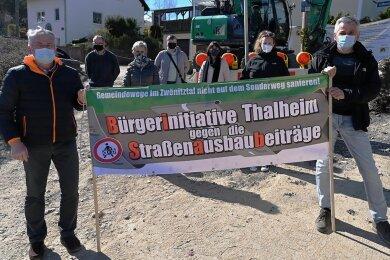 Die Lutherstraße wird derzeit saniert. Anwohner von 25 Grundstücken sollen insgesamt 30.000 Euro beitragen. Die Mitglieder der Bürgerinitiative wollen das verhindern. Unterstützt werden sie unter anderem von der Linken-Stadträtin Karoline Loth (2. von rechts).