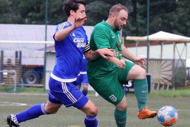 Der zweifache Mülsener Torschütze Steve Müller (rechts) behauptet den Ball gegen den Waldenburger Kapitän Marc Gerdemann.