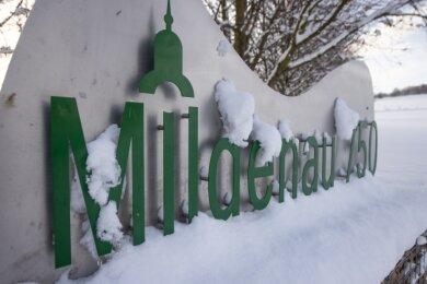 """Im Dorf weisen noch die Schilder auf das nie gefeierte Dorfjubiläum hin. Das Festjahr stand unter dem Motto """"Wir sind Mildenau""""."""