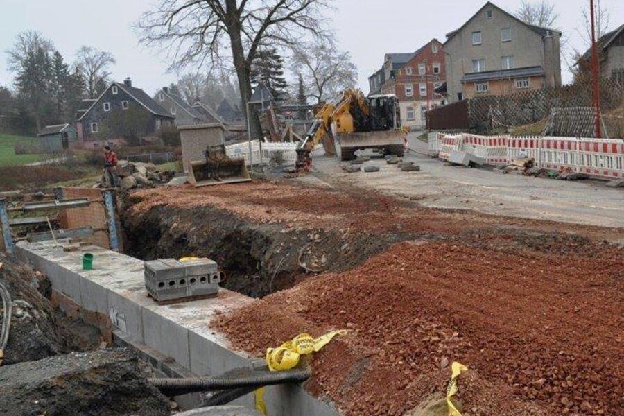 Die Baustelle teilt Auerbach, denn sie macht eine Vollsperrung der Hauptstraße und eine weiträumige Umleitung erforderlich.