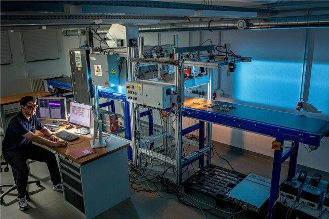 """Ein Multisensor-/Kamerasystem erkennt Metall-, Kunststoff- und Keramikteile auf einem schnell laufenden Förderband: Die EU hat den """"Highspeed Images Demonstrator"""" mit 3,8 Millionen Euro gefördert."""