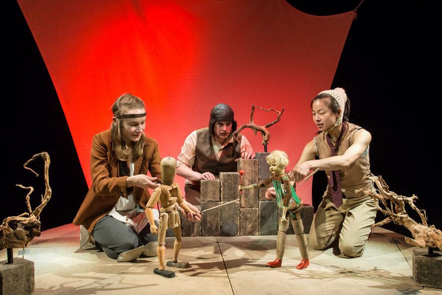 """Die Puppenspieler Sophie Bartels (von links), Arne van Dorsten und Kotti Yun spielen im Figurentheater Chemnitz die """"Odyssee"""" von Homer nach, dazu benutzen sie unterschiedliche Puppen und wechseln vielfach die Perspektive. Im Vordergrund: Odysseus und Kirke."""