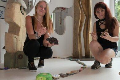 """Die Schlange der """"Erzi-Stones"""" in der Galerie der anderen Art in Aue wächst. Das freut Andrea Wagner (links) und Jaqueline Spitzner."""