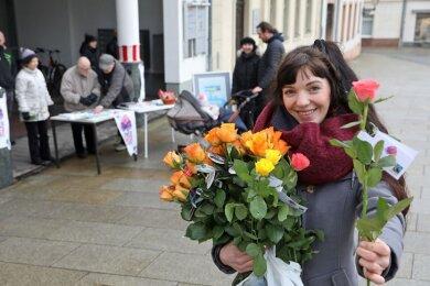 Julia Stein verteilte am Samstag auf dem Glauchauer Markt Rosen an Passantinnen.