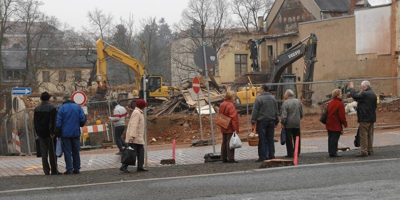 """<p class=""""artikelinhalt"""">Passanten verfolgen täglich, wie der Goldene Engel im Stadtzentrum von Oelsnitz verschwindet. Für viele geht damit auch ein Stück Jugend verloren. Ende der Woche sollen die Abbrucharbeiten beendet sein. </p>"""