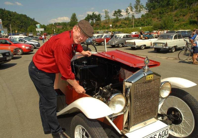"""<p class=""""artikelinhalt"""">Albrecht Mugler und sein DKW Sportwagen PS 600 aus dem Baujahr 1931. Es war in seiner Zeit ein rasantes Fahrzeug: bis zu 80 Stundenkilometer schnell. </p>"""