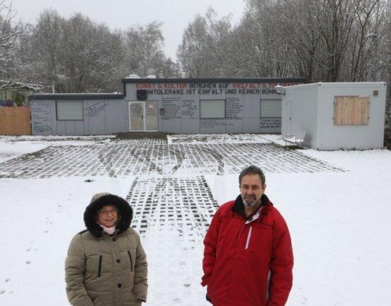 """Dietmar Schmidl mit Ehefrau Angela vor dem """"Riot"""" in Lichtenstein. Der Club soll bald nicht nur Treffpunkt für Jugendliche sein."""