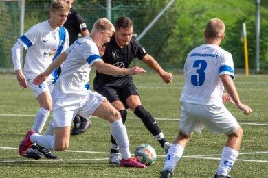 Affalters Lukas Weißer in der Zwickmühle: Umringt von Spielern aus Großrückerswalde will er den Ball gegen Nils Hänel verteidigen.